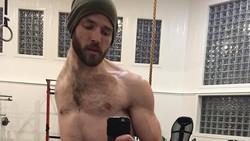 Meskipun terlahir tanpa tangan kiri dan paru kiri, Luke Ericson membuktikan dirinya tak lemah. Ia rajin membentuk otot dengan latihan angkat beban dan sit-up.
