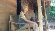 Nenek Rosmi Hidup Sebatang Kara di Rumahnya yang Nyaris Roboh