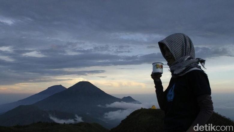 Ilustrasi pendaki di atas Gunung Prau (Uje Hartono/detikTravel)