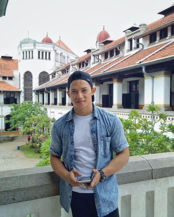 Nih gayanya saat berada di salah satu landmark terkenal di Kota Semarang, Lawang Sewu (didi_wahyudi89/Instagram)