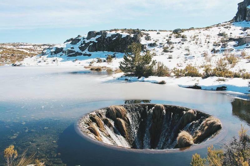 Portugal juga pernah heboh tahun 2016 karena traveler menjumpai air terjun menuju ke perut bumi. Lokasinya ada di Danau Covao dos Conchos (@filipalves/Instagram)