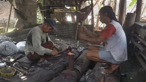 Desa Ini 7 Turunan Bikin Golok Jawara, Terima Order Pedang Beracun
