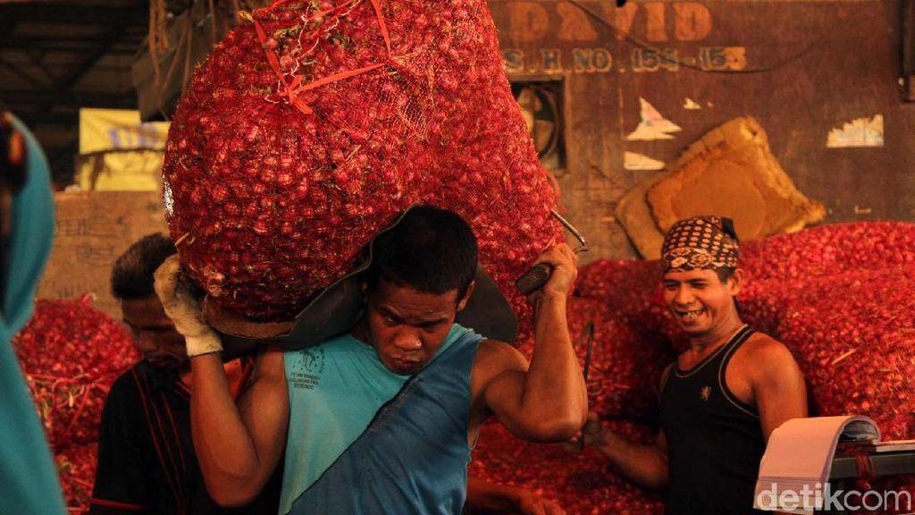 Potret Buruh Harian Pasar Kramat Jati Mengais Rejeki