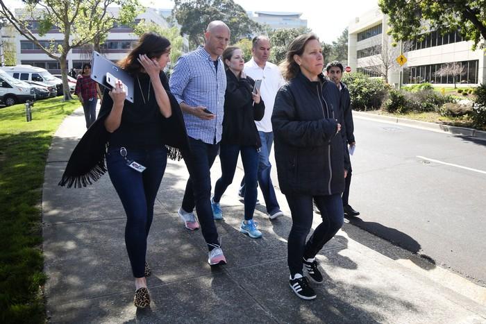 Berada paling depan adalah CEO YouTube Susan Wojcicki yang keluar kantor bersama beberapa karyawan. Foto: Reuters