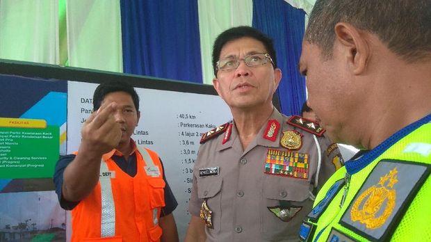 Kakorlantas Polri Irjen Royke Lumowa mengecek kesiapan tol di Surabaya.