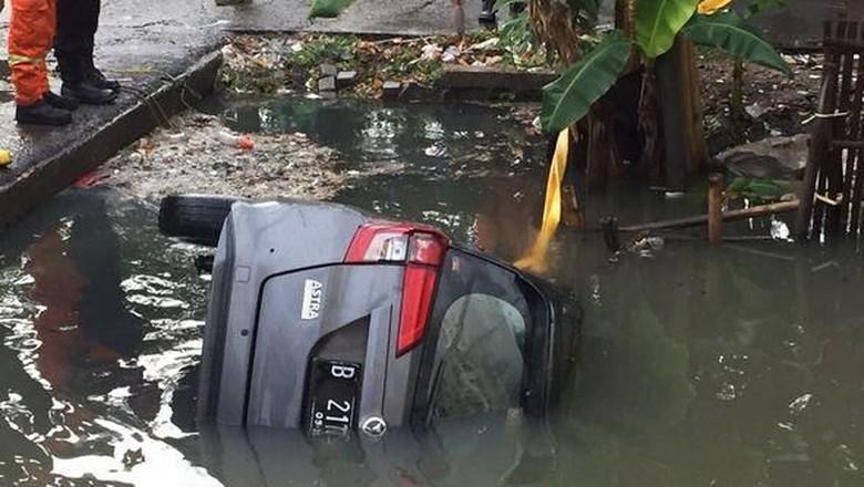 Mobil tercebur di Kali Cengkaren (Foto: Pasang Mata/Yoel24)
