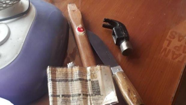 Barang bukti yang disita berupa pisau dan palu.
