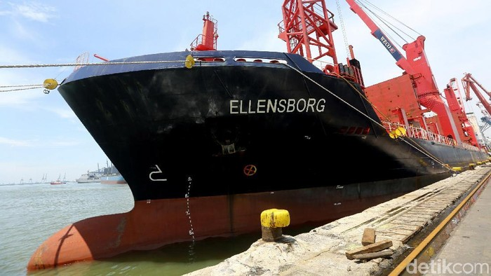 Kapal kargo raksasa yang membawa 12 gerbong kereta MRT Jakarta telah tiba di Pelabuhan Tanjung Priok, Jakarta Utara.
