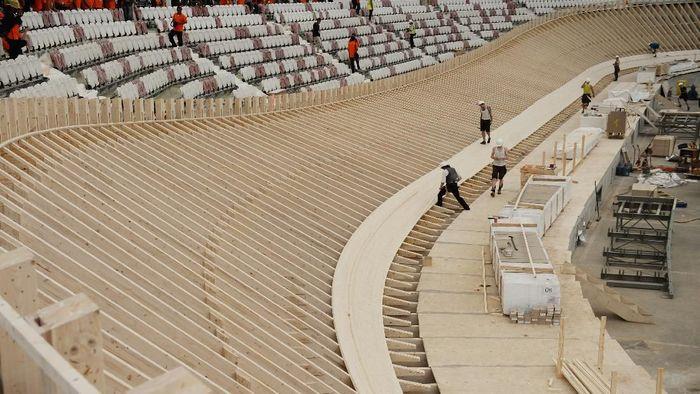Sejumlah tenaga asing dilibatkan dalam pengerjaan trek Velodrome (Foto: Akbar Nugroho Gumay/Antara Foto)