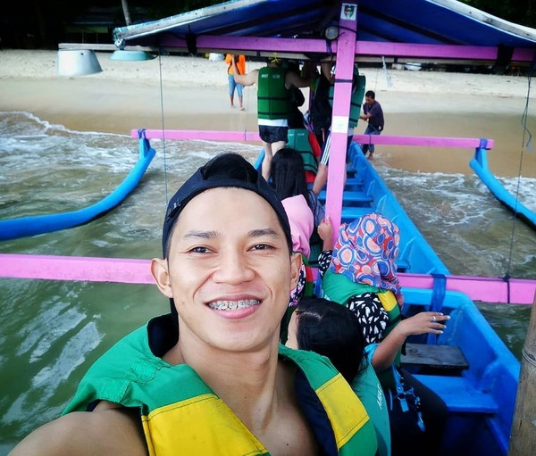 Didi juga liburan ke pantai. Ini selfie-nya saat di atas kapal di Pantai Pasir Putih Tranggalek (didi_wahyudi89/Instagram)
