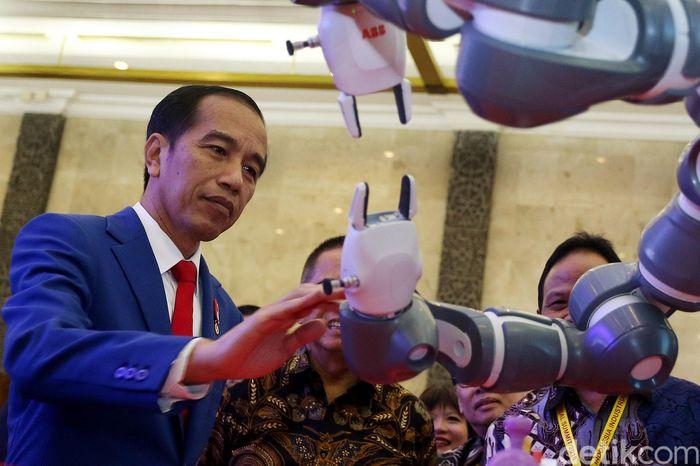 Presiden Joko Widodo (Jokowi) membuka sekaligus meresmikan acara Indonesia Industrial Summit 2018 dalam rangka menghadapi industri jilid empat alias 4.0, di Jakarta Convention Center (JCC) Senayan, Rabu (04/04/2018).