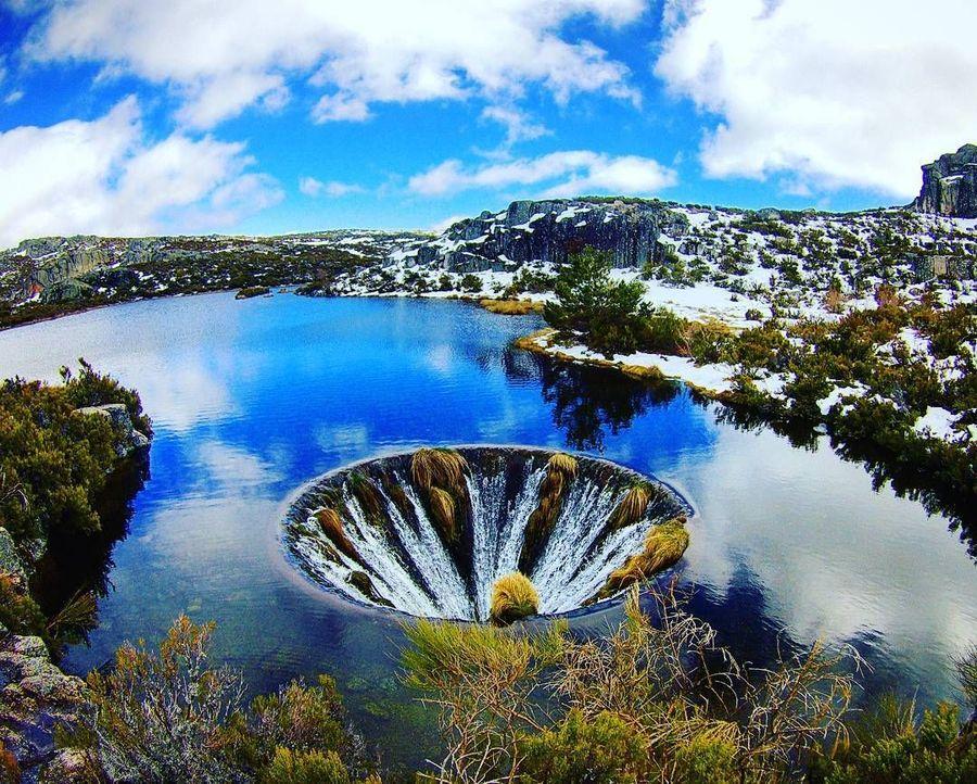 Di ujung danau ada lubang misterius seperti di Probolinggo. Ketika Covao dos Conchos mulai didatangi wisatawan akhir 2015, lubang misterius ini mulai diketahui traveler (@lauraahc/Instagram)