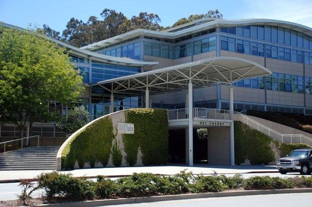 Kantor pusat YouTube terletak di San Bruno, California, Amerika Serikat. Di tempat inilah insiden penembakan yang dilakukan oleh seorang YouTuber terjadi dan membuat tiga orang terluka dan satu tewas. Sang penembak,Nasim Aghdam, langsung bunuh diri setelah kejadian itu.(Foto: Huffingtonpost)