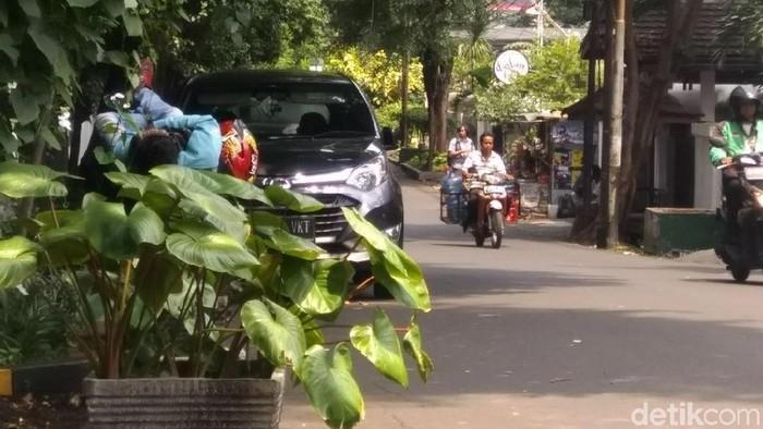 Tepi jalan lokasi parkir mobil Ratna Sarumpaet. (Opik/detikcom)