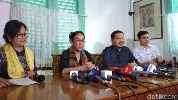 Halida Hatta mendampingi Sukmawati Soekarnoputri di jumpa pers
