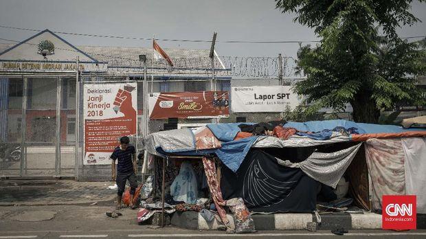 Para pencari suaka juga mendirikan banyak tenda darurat di sekitar Rudenim Kalideres.
