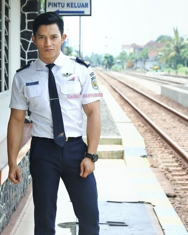 Didi Wahyudi (28) merupakan petugas PT KAI di Stasiun Ngunut, Tulungagung, Jawa Timur (didi_wahyudi89/Instagram)