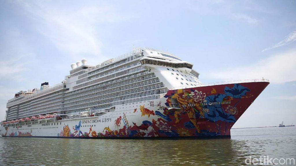 Kapal Pesiar Mewah Hong Kong Bersandar di Jakarta