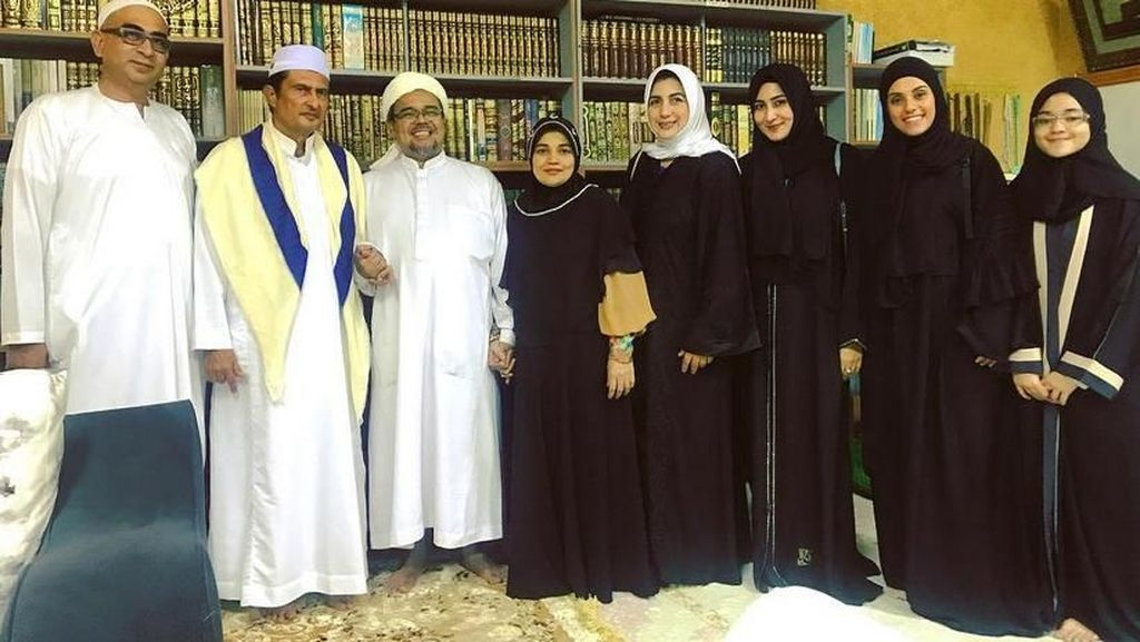 Tania Nadira Foto Bareng Habib Rizieq di Mekkah