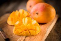 Apa Benar Makan Mangga Bisa Bikin Wajah Jerawatan?