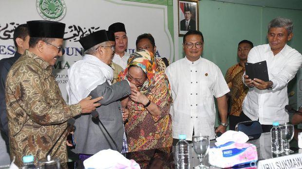 Sukmawati Soekarnoputri mencium tangan Ketua Umum MUI, KH Ma'ruf Amin. Foto: Yulida/detikcom