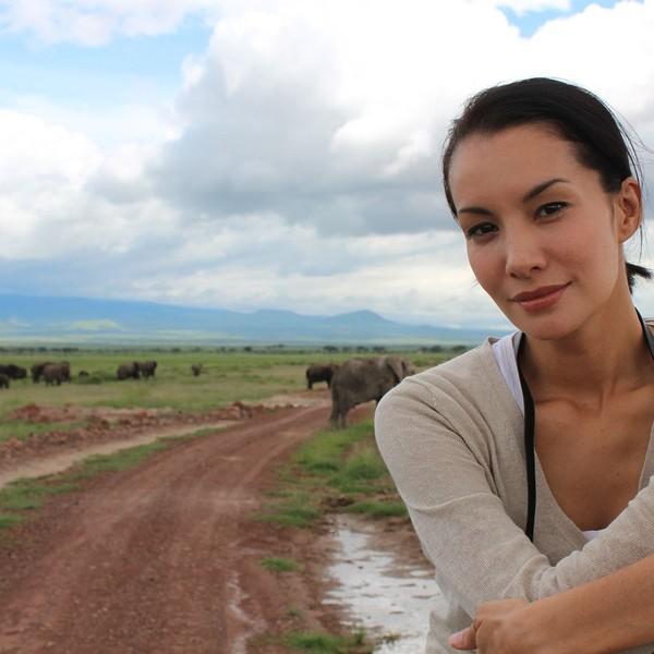 Di tahun 2014 silam, Nadya juga pernah berkunjung ke Afrika untuk melakukan kegiatan peduli fauna gajah. Tampak gajah di latar belakang fotonya (nadyahutagalung/Instagram)
