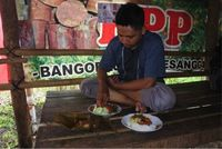 Tongseng belut dan pepes uling khas Banyuwangi biasa disajikan pedas. (Foto: Ardian Fanani)