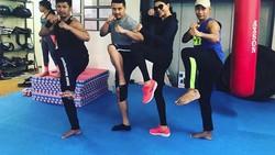 Aktris Bollywood Sushmita Sen sedang menggemari olahraga kalistenik. Mulai bergantung terbalik di pull-up ring hingga headstand, intip yuk olahraganya!