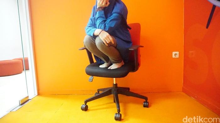 Nah kalau jongkok di atas kursi tandanya doi lagi embeien. Bukan cuma merasa kesakitan pas buang air besar (BAB) tapi ambeien juga rata-rata bikin susah duduk. Biasanya, tidak suka makan sayuran. Foto: Suherni/detikHealth