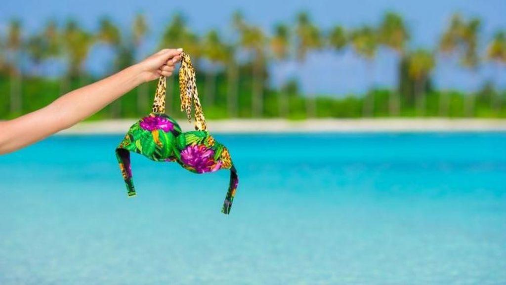 Turis Wanita Ditangkap Polisi karena Pakai Bikini Terlalu Seksi di Pantai