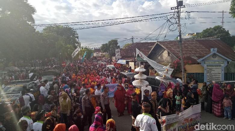 Ribuan warga Dompu saat mengikuti Pawai Budaya Rabu kemarin (Faruk Nickyrawi/detikTravel)