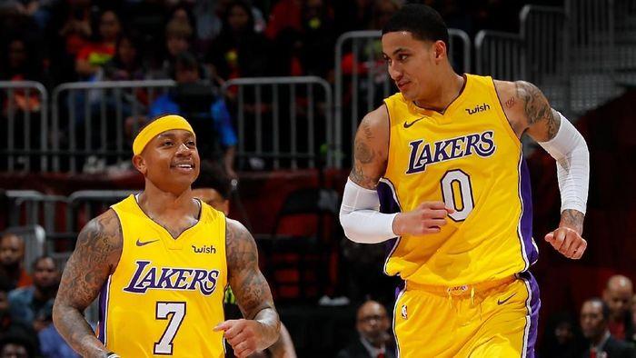 Rookie LA Lakers Kyle Kuzma (kanan) bersama Isaiah Thomas. (Foto: Kevin C. Cox/Getty Images)