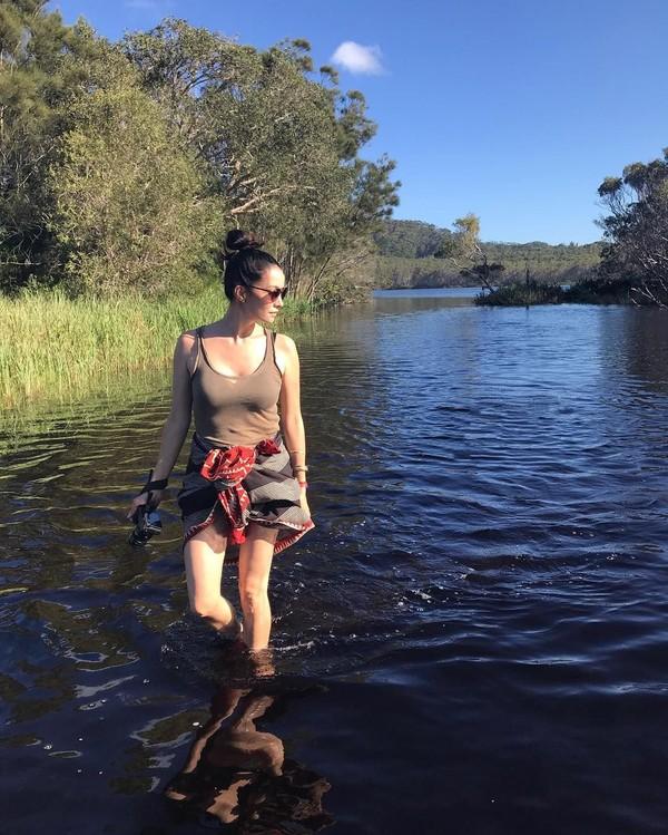 Soal penampilan saat berwisata ke alam liar, Nadya hanya mengenakan pakaian santai yang casual. Sekilas Nadya tampak mirip seperti karakter film Lara Croft yang diperankan artis Angelina Jolie (nadyahutagalung/Instagram)