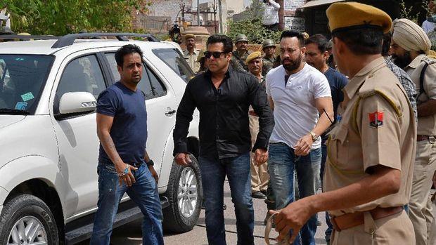 Salman Khan saat hadir di pengadilan di Jodhpur, Kamis (5/4).