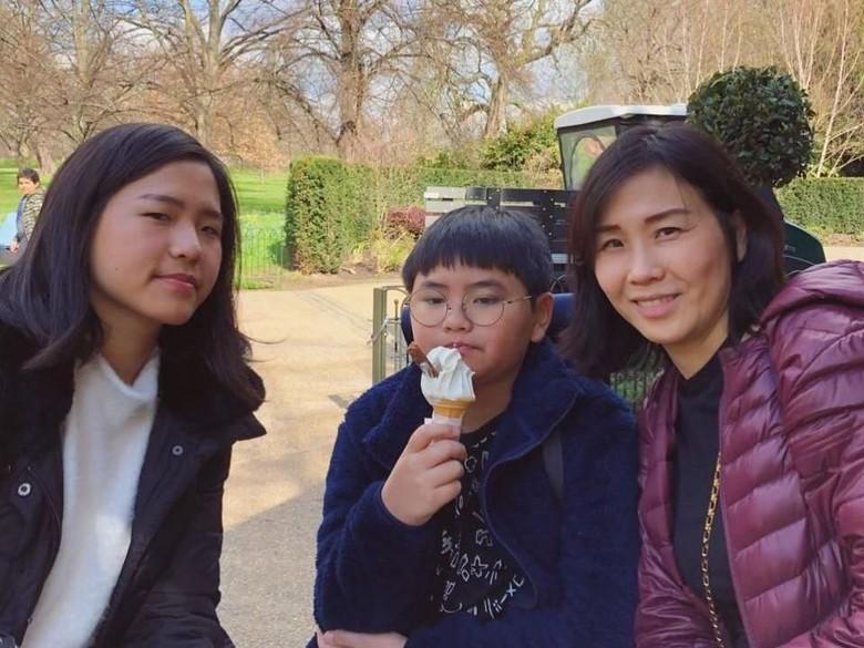 Tak Cuma Potong Rambut, Veronica Tan Juga Masak Buat Anak saat Imlek