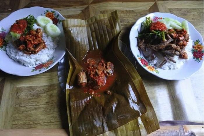 Kuliner tongseng belut dan pepes uling khas Banyuwangi. (Foto: Ardian Fanani)