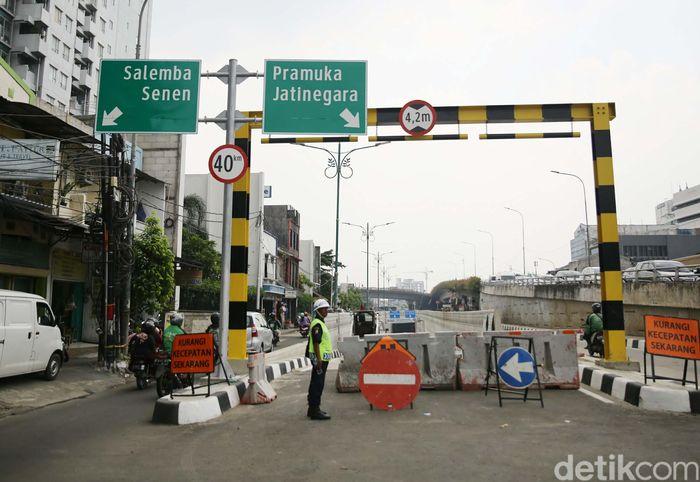 Sejumlah mengerjakan protyek Underpass Matraman di Jakarta, Kamis (5/4). Underpass Matraman ini menghubungkan Jalan Tambak Jakarta Pusat ke Jalan Pramuka/Rawamangun Jakarta Timur. Lalu di bagian tengah underpass terdapat cabang untuk kendaraan mengarah ke Kampung Melayu, Jatinegara, Jakarta Timur.