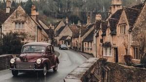 Pasangan Ini Keliling Inggris Naik Mobil Klasik yang Kece Banget