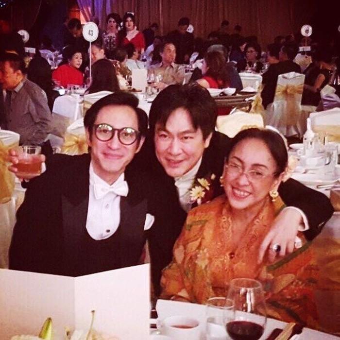 Pangeran lagi pesta di Suroboyo ama emaknya, tulis akun @gphpaundrakarna1. Terlihat segelas wine dan secangkir teh di atas meja mereka. Foto: Instagram @gphpaundrakarna1