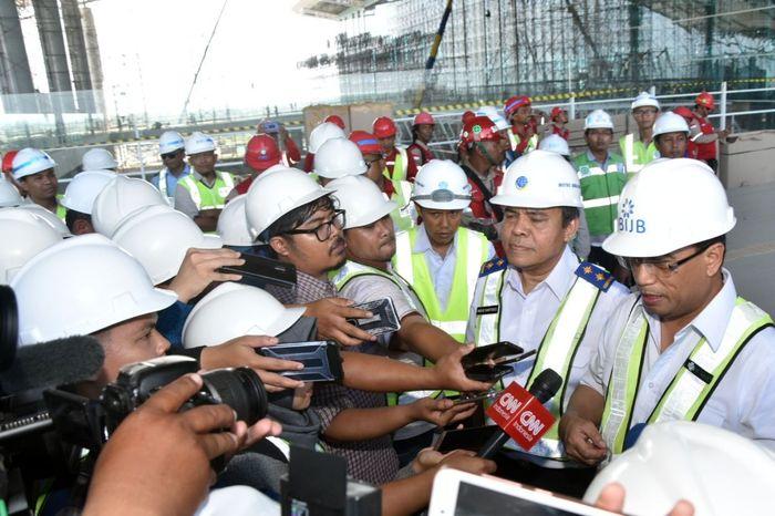 Menhub Budi Karya dan Dirjen Udara Kemenhub Agus Santoso di Bandara Kertajati
