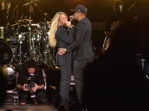 Penonton Naik Panggung Hebohkan Konser Beyonce dan Jay Z