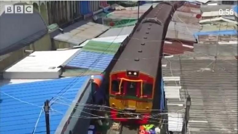 Foto: Pasar Maeklong yang berada di tepi rel kereta (BBC)