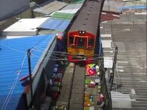 Pasar Paling Berbahaya: Jualannya di Rel, Keretanya Masih Lewat