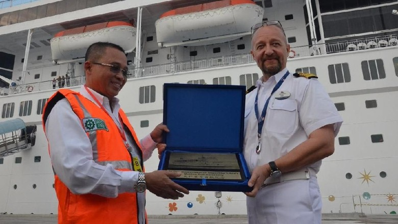 Kapal pesiar MV Superstar Libra di Pelabuhan Kuala Tanjung (dok Pelindo)