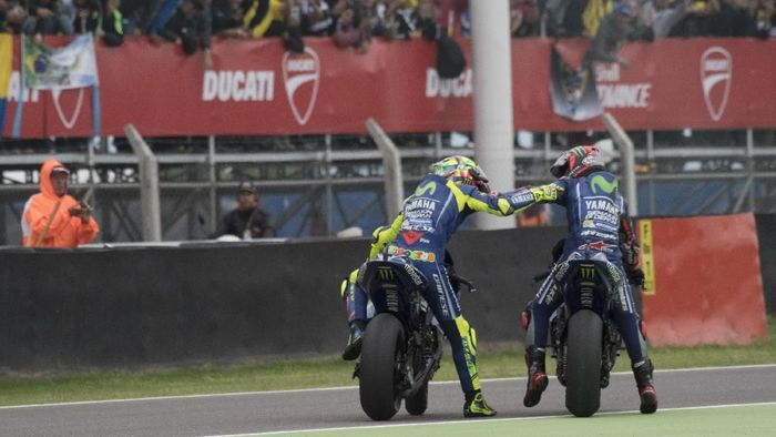 Valentino Rossi dan Maverick Vinales saat merayakan kemenangan di MotoGP Argentina tahun lalu. (Foto: Mirco Lazzari gp/Getty Images)
