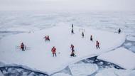Seru Nih, Main Sepakbola di Atas Pecahan Es