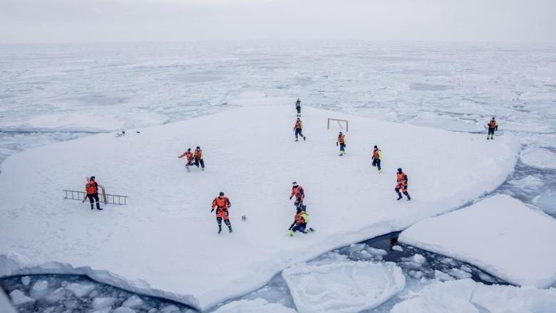 Sepakbola di atas es di dekat Greenland, Arktik (Reuters)