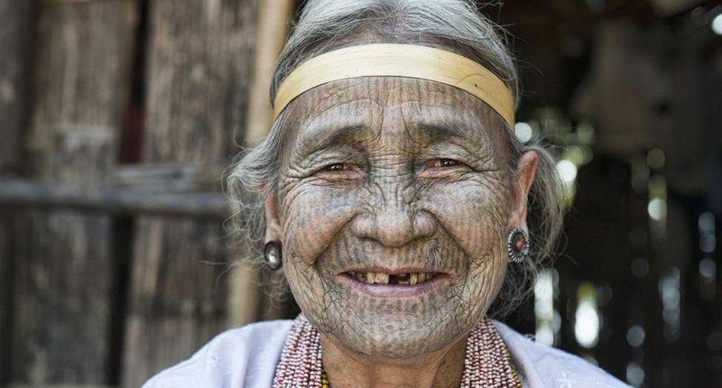 Di banyak negara, tato seringkali dikonotasikan negatif. Namun, tidak bagi wanita Suku Chin yang tinggal di pedalaman Myanmar ini (Dave Stamboulis/BBC Travel)