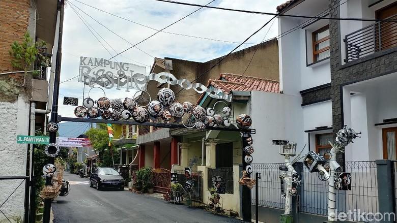 Foto: Kampung Unik di Bandung, Cantik Berhias Barang Antik