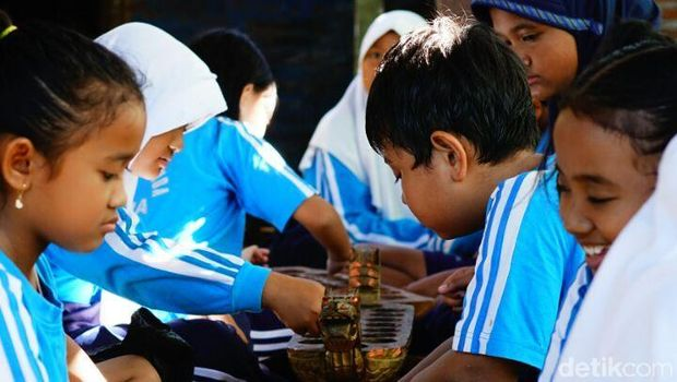 Rumah Belajar Ilalang (RBI) di Jepara lestarikan dolanan anak.